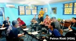 Anggota BETA UFO Indonesia sedang berdiskusi membahas berbagai fenomena penampakan UFO di sejumlah tempat di Indonesia dan dunia. (Foto: VOA/Petrus Riski)