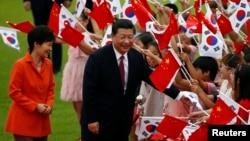 한국을 방문한 시진핑 중국 국가주석(가운데)이 3일 박근혜 대통령과의 정상회담에 앞서 청와대에서 열린 어린이들의 환영을 받고 있다.