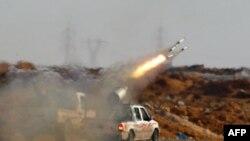 Phe nổi dậy giao tranh với lực lượng thân Gadhafi gần thành phố Ajdabiya.