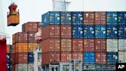 Thương mại của Trung Quốc với Mỹ cũng tiếp tục tăng trong tháng 7 bất chấp thuế quan, với xuất khẩu tăng 11,2 phần trăm so với cùng kì năm ngoái và nhập khẩu tăng 11,1 phần trăm.