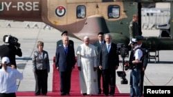 25일, 이스라엘에 도착한 교황 프란치스코 1세가 시몬 페레스 이스라엘 대통령과 베냐민 네타냐후 총리의 영접을 받고 있다.