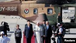 Rais wa Israel Shimon Peres na waziri mkuu Benjamin Netanyahu wakiwa na Papa Francis katika uwanja wa ndege wa kimataifa wa Ben Gurion karibu na Tel Aviv, May 25, 2014.