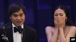 """香港电影节最佳影片""""打擂台""""的制片人和女演员欢庆得奖"""