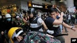 香港金钟区警察和示威者发生冲突