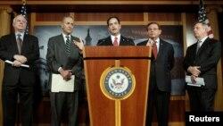 Sekelompok Senator AS, dari kiri: John McCain, Charles Schumer, Marco Rubio, Robert Menendez (dan Richard Durbin memberikan penjelasn Proposal Reformasi Imigrasi hari Senin (28/1).