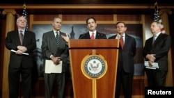 從左到右﹕美國參議員約翰•麥凱恩﹑查爾斯•舒默﹑馬可•盧比奧﹑羅伯特•梅嫩德斯和理查德•德賓星期一在華盛頓國會大廈就全面改革移民問題舉行新聞發佈會