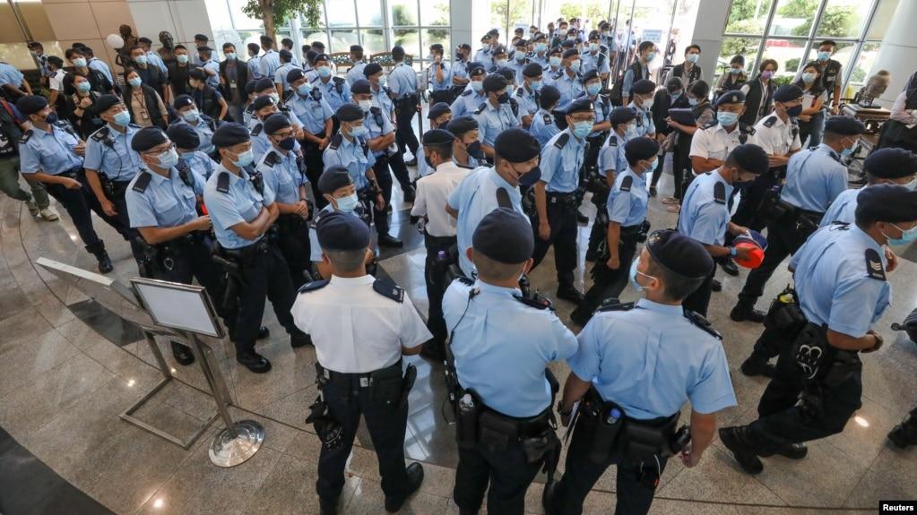 香港警察在苹果日报总部进行搜查并逮捕苹果日报高管。(2021年6月17日)