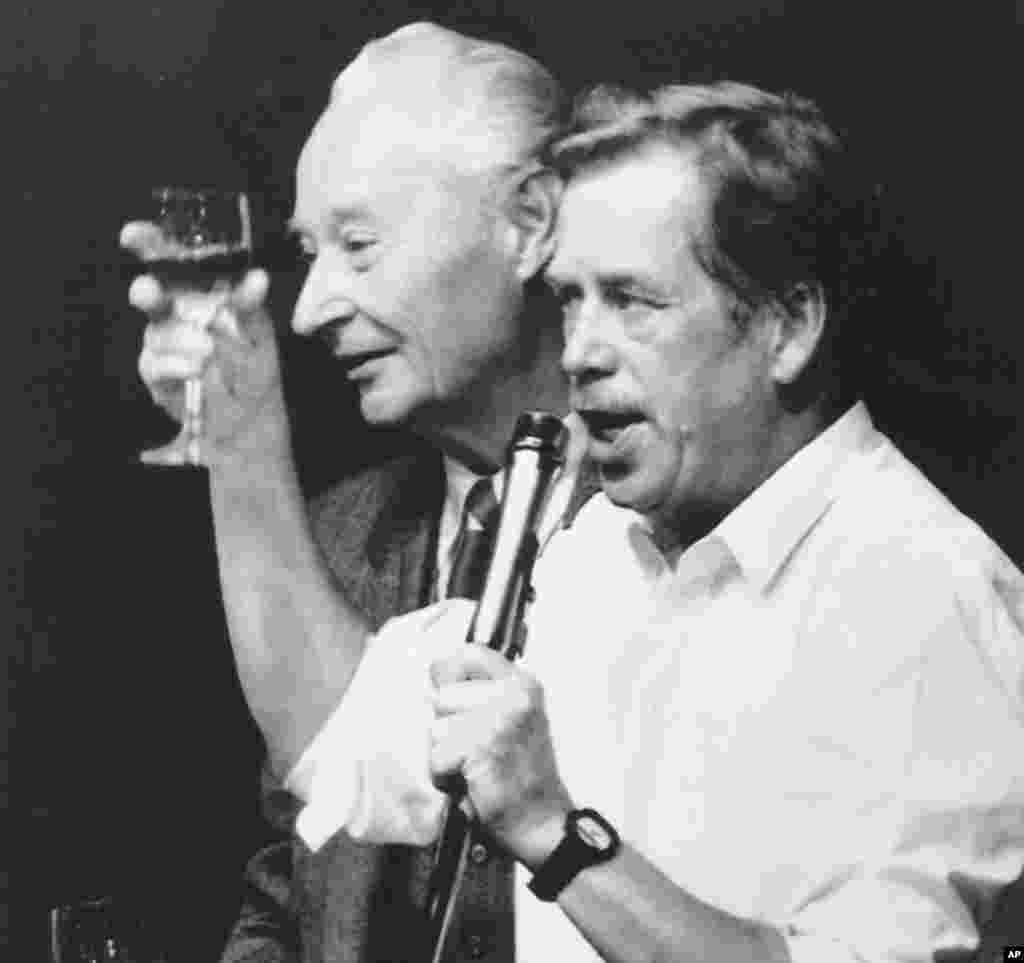 1989年11月24号,哈维尔和布拉格之春运动领导人亚历山大•杜布切克举杯庆祝捷克政治局辞职。(AP)