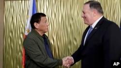 菲律賓總統杜特爾特(左)與美國務卿篷佩奧(右)2月28日會面資料照。
