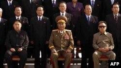 Kim Jong Un (trái) ngồi ở hàng ghế đầu cùng với một nhóm các nhà lãnh đạo của Đảng Công nhân cầm quyền
