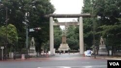 每年8月15日位于东京九段下的靖国神社就成为聚焦日本内政外交的场所(美国之音歌篮拍摄)