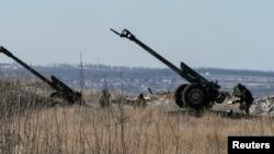 Pháo của các lực lượng chính phủ Ukraine gần thị trấn miền đông Debaltseve, ngày 17/2/2015.