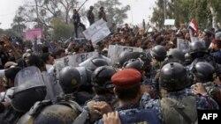 Столкновения протестующих с полицией в Омане
