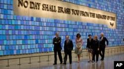 President Barack Obama dan ibu negara Michelle Obama, bersama Hillary Clinton dan Bill Clinton saat melakukan tour di dalam Museum 9/11 di New York (15/5).