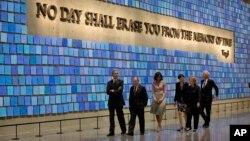 Tổng thống Obama và Ðệ nhất Phu nhân Michelle Obama cùng với cựu Ngoại trưởng Mỹ Hillary Rodham Clinton và cựu Tổng thống Bill Clinton tại Viện bảo tàng 9/11 với cựu Thị trưởng New York Michael Bloomberg, ngày 15/5/2014.