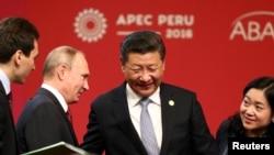 시진핑 중국 국가주석(가운데)이 지난 19일 페루 리마에서 열린 APEC 정상회의에서 블라디미르 푸틴 러시아 대통령과 대화하고 있다.