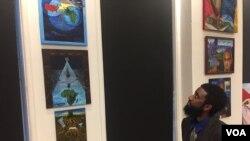 杰羅米亞在觀看畫作。