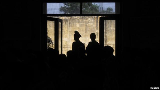Hội Ân xá Quốc Tế nhận định rằng việc Hà Nội trả tự do sớm cho nhiều tù nhân lương tâm là đáng hoan nghênh, tuy nhiên nêu bật tình cảnh của ít nhất 70 người khác vẫn còn bị giam cầm.