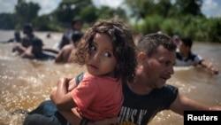 Migranti prelaze preko reke u Meksiko