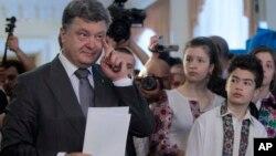 25일에 실시된 우크라니아 대통령 선거에서 승리가 유력시되는 페트로 포로셴코 후보가 자녀들이 지켜보는 가운데 투표하고 있다.