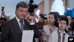 Pemerintah AS menyampaikan ucapan selamat atas keberhasilan Pilpres di Ukraina yang tampaknya dimenangkan Petro Poroshenko (kiri).