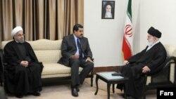 از راست علی خامنهای، نیکلاس مادورو و حسن روحانی
