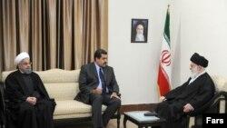 El presidente en disputa de Venezuela, Nicolás Maduro, durante una audiencia con el líder supremo de Irán, Alí Jamenei, y su homólogo iraní, Hassan Rohaní.
