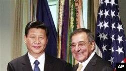 中国国家副主席习近平2月14日在五角大楼与美国国防部长帕内塔握手