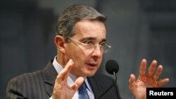 Uribe rechaza un diálogo con la guerrilla colombiana a quienes califica de 'delincuentes'.