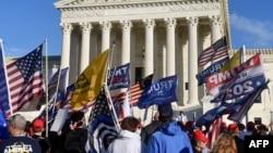 2020年12月12日特朗普支持者在最高法院前抗议2020年总统大选结果。