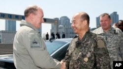 Kepala Staf Gabungan Korsel Jendral Jung Seung-jo (tengah) didampingi Komandan Pasukan AS di Korea Selatan Jendral James D.Thurman (kanan) menyambut kedatangan Kepala Staf Gabungan Militer AS Jendral Martin Dempsey di Seoul, Korea Selatan (12/4).