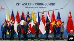 ຜຸ້ນຳ ຂອງສິບປະເທດສະມາຊິກ ບັນດາປະຊາຊາດໃນເຂດເອເຊຍຕາເວັນອອກສຽງໃຕ້ ຫຼື ASEAN ກຳລັງລົງຈາກເວທີ ພາຍຫລັງທີ່ໄດ້ຖ່າຍຮູບລວມກັນ ຢູ່ກອງປະຊຸມສຸດຍອດຂອງຕົນ ໃນສິງກະໂປ, ວັນທີ 14 ພະຈິກ, 2018.