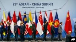 東盟領導人和中國總理李克強(左五)在新加坡召開的東盟峰會拍完集體照後離開拍攝場地。(2018年11月14日)