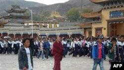 Cuộc biểu tình bắt đầu hôm thứ Ba bằng một cuộc tuần hành, với sự tham gia của hàng ngàn sinh viên Tây Tạng tại thị trấn Tongren thuộc tỉnh Thanh Hải