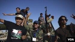 Pasukan NTC Libya merayakan kemenangan di kota Wadi Dinar (21/9).