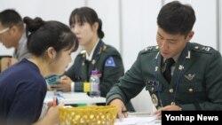 지난 28일 서울 코엑스에서 열린 대입정보 박람회에서 한 수험생(왼쪽)이 육군사관학교 입시 상담을 받고있다.