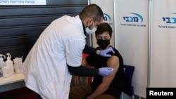24 Ocak 2021 - İsrail'de Corona virüsü aşısı olan bir genç