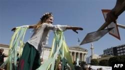 مراسم شعرخوانی در يونان در اعتراض به اوضاع اقتصادی کشور