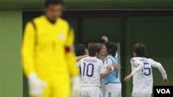 Tim sepakbola putra Jepang merayakan kemenangan 2-1 atas Iran di semifinal. Jepang berpeluang meraih emas ketika menghadapi Uni Emirat Arab hari Kamis di final.