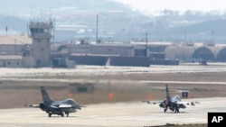 지난 2013년 4월 미-한 연합 군사훈련에 참가한 미 공군 소속 F-16 전투기들이 한국 오산 공군기지에서 이륙 준비를 하고 있다. (자료사진)