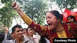 Bà Trần Thị Hài trong cuộc biểu tình chống Trung Quốc năm 2007 (ảnh danlambao)