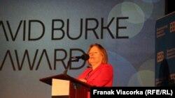 Giám Đốc VOA Amanda Bennett phát biểu tại Lễ trao giải David Burke ở Washington, ngày 14/11/2017.
