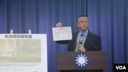国民党文传会副主委胡文琦在记者会上展示民调