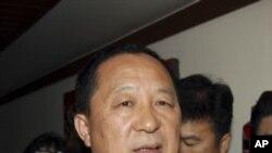 朝鲜代表李荣浩在跟韩国核特使魏圣洛会谈后接受媒体采访.