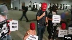 香港社運及文化界人士與俄羅斯異見樂隊Pussy Riot快閃關注巴丟草被撤展。(網絡截圖)
