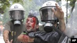 希臘抗議人士與警察發生衝突。