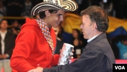 El presidente Juan Manuel santos entregó un trofeo y un sombrero vueltiao a Rafael Nadal, ganador del partido de exhibición en El Campín.