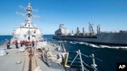 Arhiva - Američki razarač naoružan navođenim raketama, USS Balkelej, učestvuje u pretakanju nafte na moru sa tankerom USNS Džon Letal, u Omanskom zalivu.