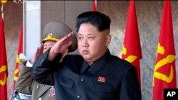 Lãnh tụ Bắc Triều Tiên Kim Jong Un tham dự lễ diễu binh mừng 70 năm thành lập Đảng cầm quyền tại Bình Nhưỡng, ngày 10/10/2015.