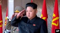 ໃນຮູບພາບນີ້ ທີ່ນຳອອກມາຈາກວີດີໂອ ຂອງ ຜູ້ນຳເກົາຫຼີເໜືອ Kim Jong Un ຢືນຄຳນັບ ລະຫວ່າງ ພິທີຄີດໝາຍ ການປົກຄອງປະເທດ ຄົບຮອບ 70 ປີ ໃນພຽງຢາງ, ວັນທີ 10 ຕຸລາ 2015.